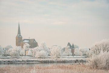 Uitzicht op Kampen en de IJssel tijdens de winter in Overijssel van Sjoerd van der Wal