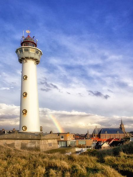 Regenboog achter vuurtoren Egmond aan Zee van Fotografie Egmond