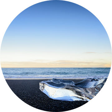 IJsvorm op het lavastrand van Jokulsarlon in IJsland van Sjoerd van der Wal