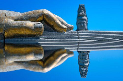 De hand van Boeddha met gespiegeld perspectief