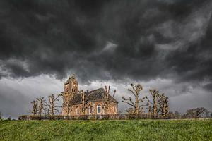 Het kerkje van Swichum met een opkomende  en laaghangende regenbui van Harrie Muis