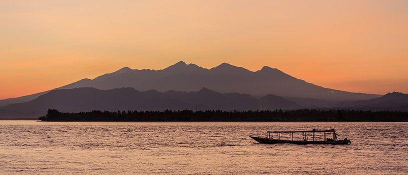 Dageraad boven Lombok van Stephan Neven
