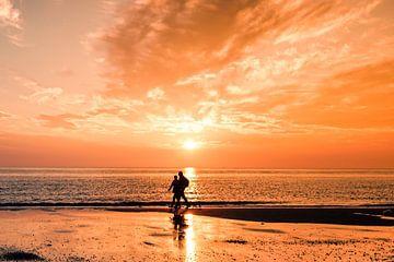 Spaziergang am Strand bei Sonnenuntergang von
