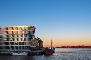 De stadshaven in Rostock in de ochtend van Rico Ködder