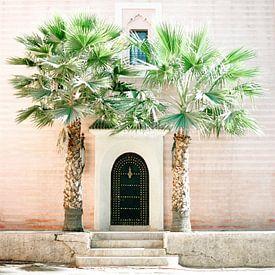 Medina van Marrakech | Magisch Marokko | Roze gebouw met palmbomen ervoor van Raisa Zwart