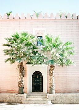 Medina van Marrakech | Magisch Marokko | Roze gebouw met palmbomen ervoor van