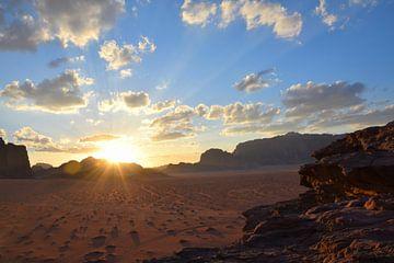 Zonsondergang in woestijn van Petra Kooiman