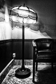 Vieille lampe et chaise sur Esther Hereijgers