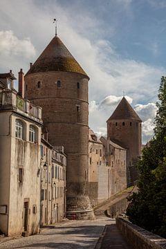 Stadtmauer und Türme Semur-en-Auxois, Frankreich von Joost Adriaanse
