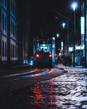 Straßenbahn bei Nacht von domiphotography