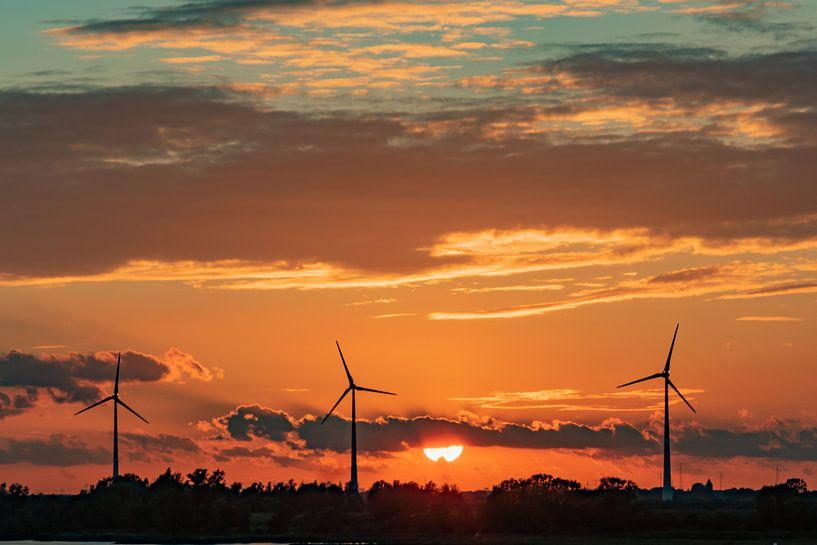 Windmolens in de avondzon van Arie Jan van Termeij