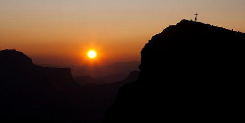 Warme zonsondergang in de Dolomieten van