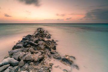 Der Wellenbrecher im Sonnenaufgang von Christian Klös