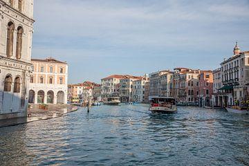 Alte Gebäude und Schiffe am Kanal in der Altstadt von Venedig, Italien von Joost Adriaanse