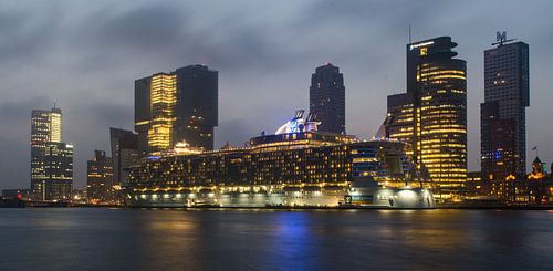 Oasis of the Seas in Rotterdam bij zonsopkomst