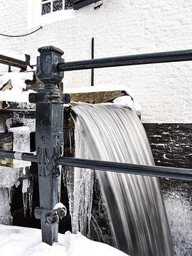 Große Eiszapfen an der weißen Wassermühle in Arnheim von Sharon Hendriks