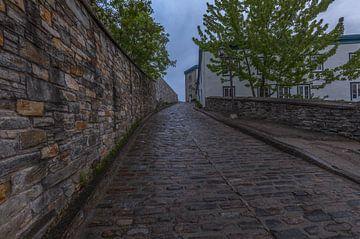Murs de la ville et route pavée au Québec, Canada sur Maarten Hoek