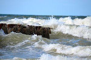 Klotsende golven tegen het paalhoofd van