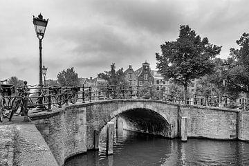 Brug over de Reguliersgracht – Amsterdam van Tony Buijse