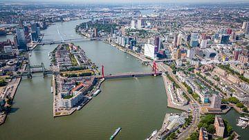 Rotterdam vanuit de lucht, met zijn prachtige architectuur en historie. van ByOnkruud