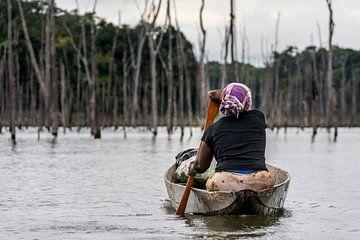 Femme Marron sur le lac de Brokopondo