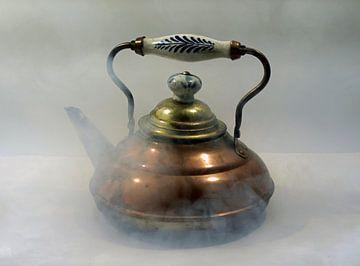 Vieille chaudière en cuivre enveloppée de vapeur