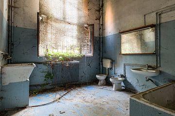 Verlaten blauwe badkamer van Kristof Ven