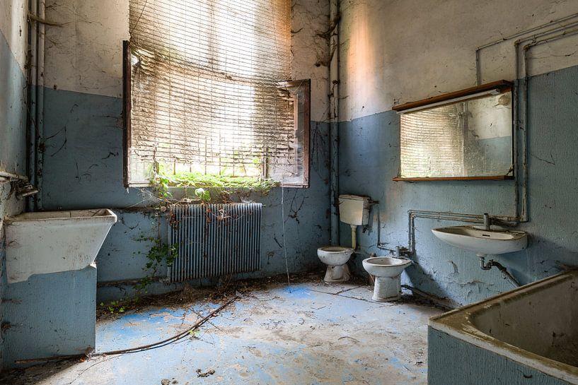 Verlassenes blaues Badezimmer von Kristof Ven