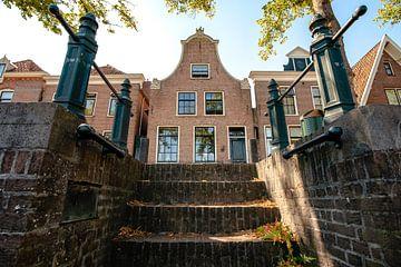 Niederländische Architektur von alten Fassaden in der Stadt von Blokzijl von Fotografiecor .nl