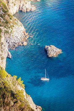Zeilboot in blauwe baai op Capri van Christian Müringer