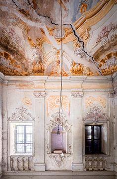 Verlassenes Treppenhaus mit Fresko.