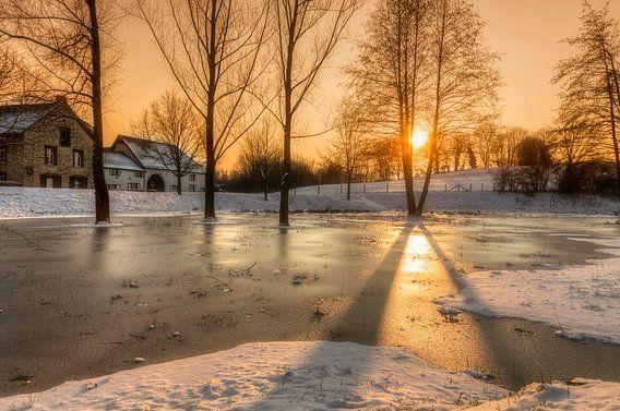 Zonsopkomst boven een bevroren Simpelveld