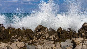 Opspattende golven tegen de Siciliaanse kust van