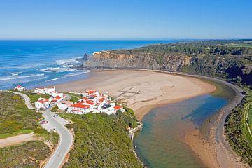 Luftaufnahme von Praia Odeceixe im Alentejo Portugal von Nisangha Masselink