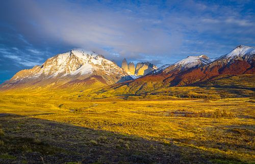 Bergketen in de herfst in warm ochtend licht
