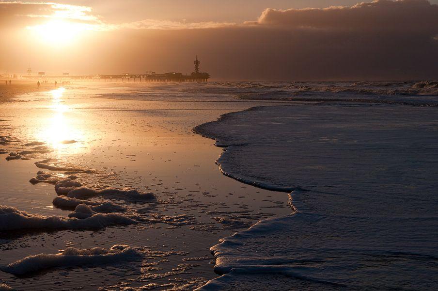 Scheveningen by dawn - 3 van Damien Franscoise