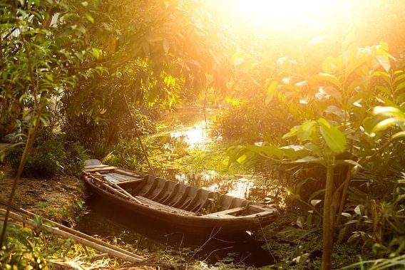 Bootje bij zonsondergang in Vietnam van Gijs de Kruijf