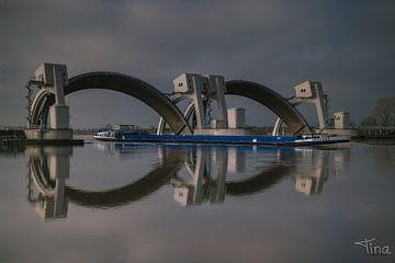 Blauwe boot door de open sluizen bij Maurik van Tina Linssen