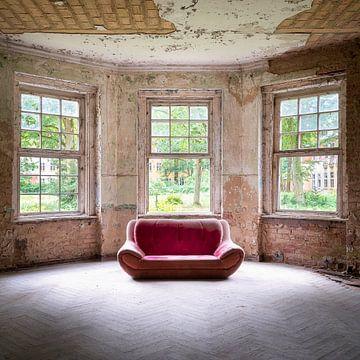 Verlassene Sofa in Kleinen Raum. von Roman Robroek