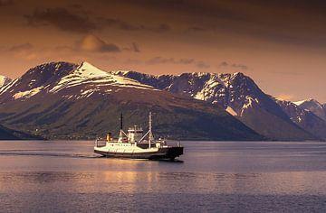 Fähre auf einem Fjord in Norwegen. von Hamperium Photography