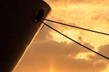 Detail van een marineschip bij zondondergang van
