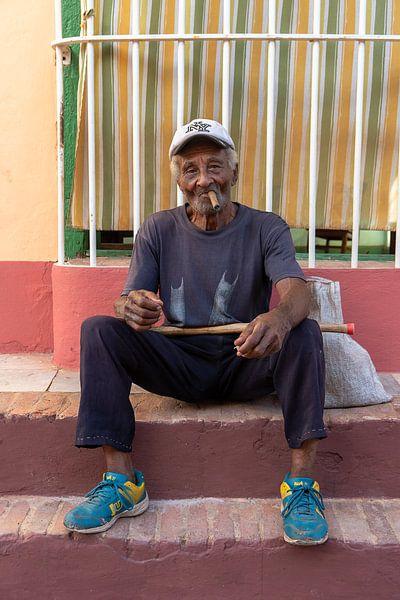 Man die een sigaar rookt in Cuba van Jeroen Kleiberg
