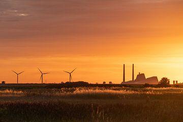 Fabriek met windmolens bij zonsondergang. van Axel Weidner