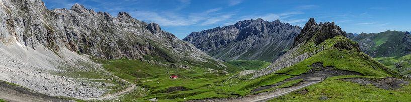 """Panorama van de Spaanse bergtoppen van de """"Picos de Europa""""  van Harrie Muis"""