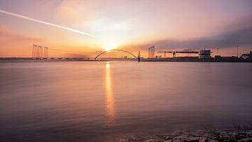 Zonsopkomst met hoog water bij Nijmegen van Femke Straten