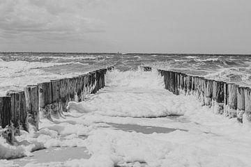 Wellenbrecher auf See von Sanne van Pinxten