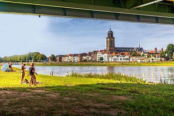 Zomers Deventers tafereel aan de IJssel en Meadows Overijssel. van Bart Ros