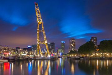 Leuvehaven Rotterdam in het blauwe uurtje. sur Ilya Korzelius