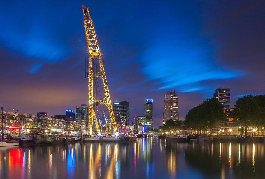 Leuvehaven Rotterdam in het blauwe uurtje. van Ilya Korzelius