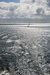 Zon over de Waddenzee met zeilboot van